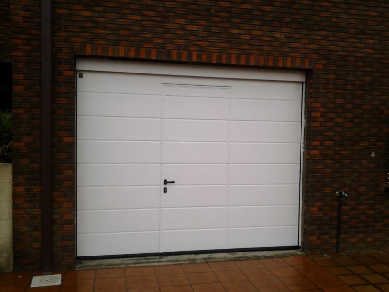 Puerta doméstica con puerta peatonal incluida, sin galce, con fijo superior