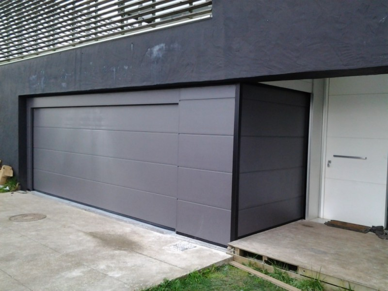 Puerta seccional de diseño con fijo superior y laterales
