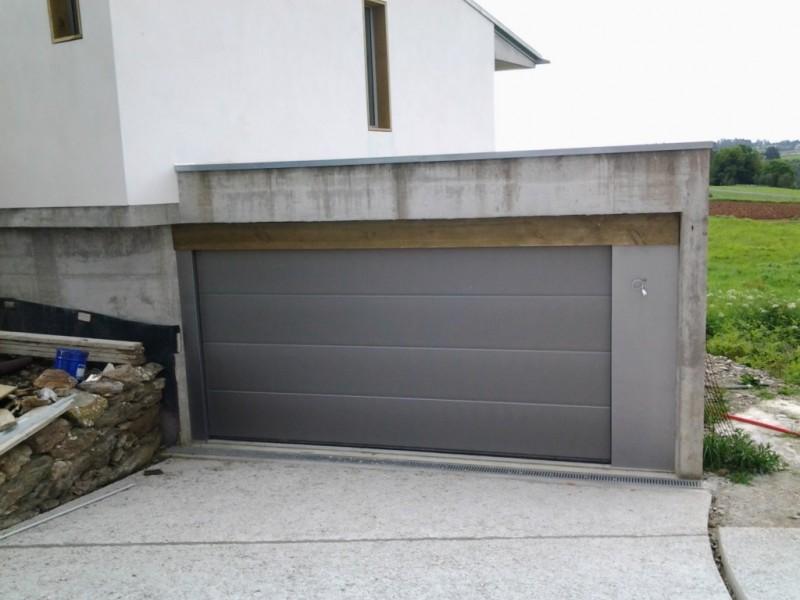Puerta seccional de diseño para chalet