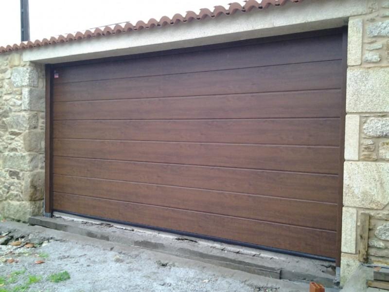 Puerta seccional en acabado DARK OAK