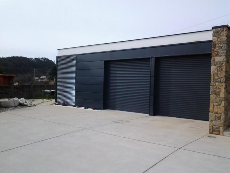 Puertas enrollables aislantes en chalet de diseño