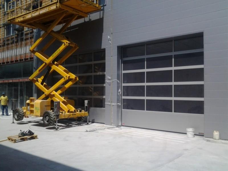 Puertas industriales acristaladas con cámara de 26mm para concesionario de coches