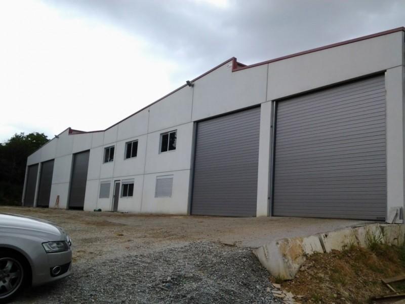 Puertas industriales en granja agrícola y puerta peatonal a juego