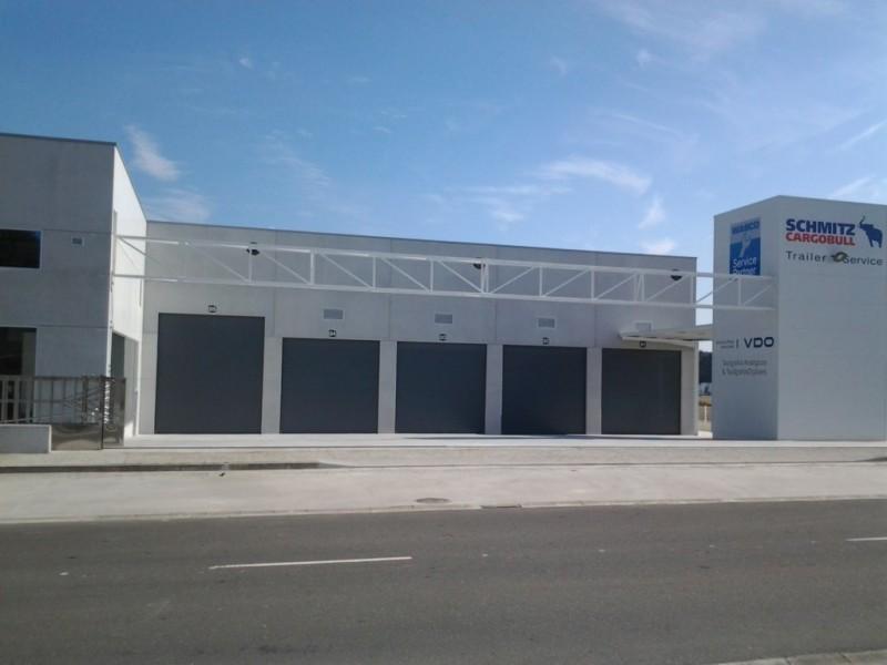 Puertas seccionales industriales para concesionario de camiones