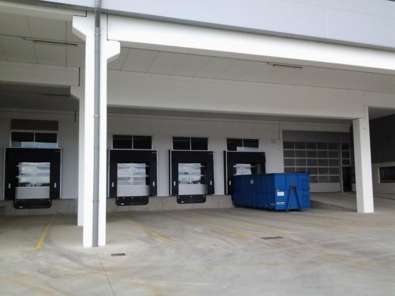 Puntos logísticos con puertas acristaladas