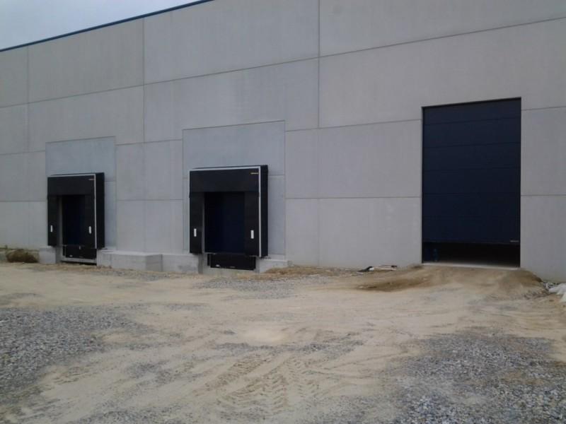 Puntos logísticos de carga y descarga. Junto a Puerta industrial