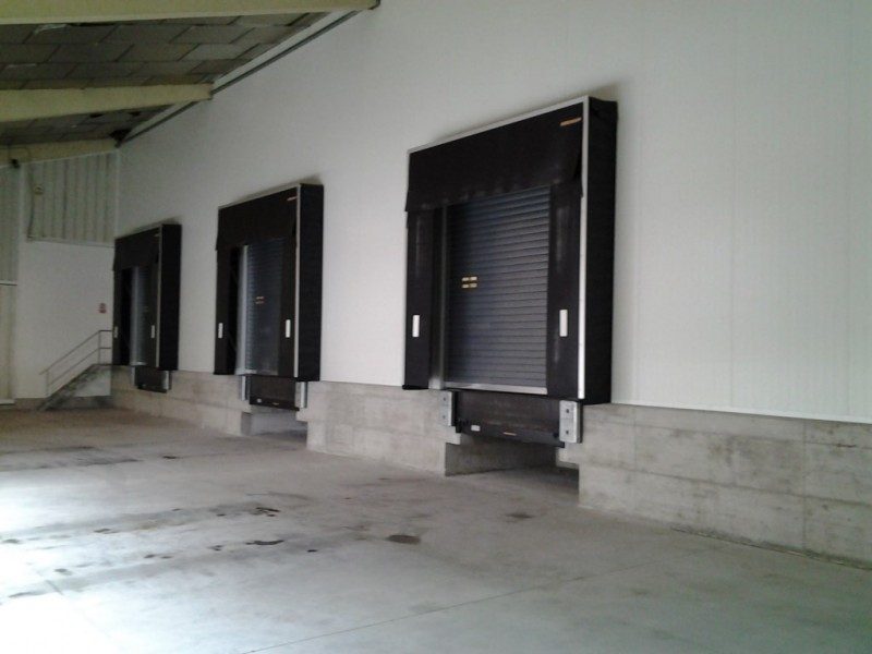 Puntos logísticos en nave industrial con puerta enrollable aislante